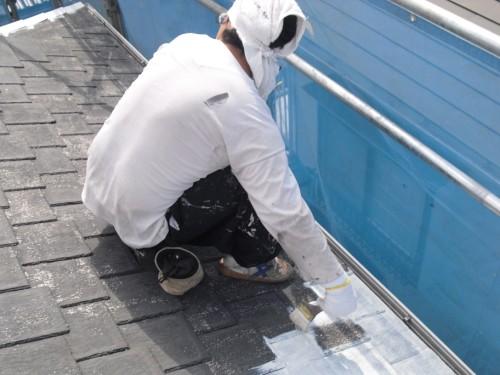 屋根材の下塗り写真